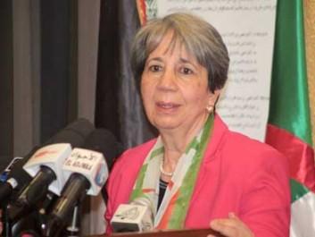 Mme saida ben habiles , présidente du CRA, hier à Tizi-Ouzou 300 kits alimentaires et 5 groupes électrogènes distribués