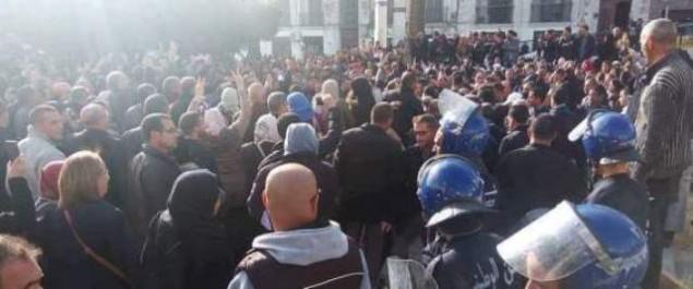 Projet de loi sur la retraite: sit-in de l'intersyndicale empêché à Alger, le FFS et la LADDH dénoncent la répression policière