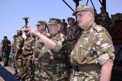 Oran: Gaïd Salah supervise un exercice de tir de missile antisurface.