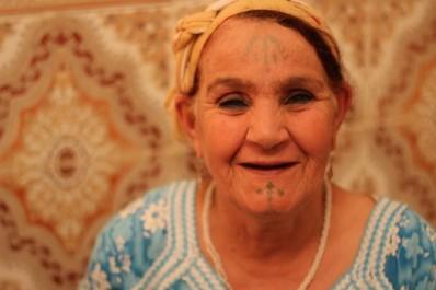 Tatouages des femmes chaouies, sujet d'une recherche continue.