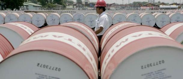 Les prix du pétrole débutent la semaine par un recul: Le baril dans le flou