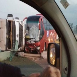 Accident spectaculaire impliquant un bus et un camion semi-remorque à Alger