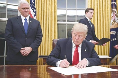 Il a signé son premier décret alors que  la contestation prend de l'ampleur: Donald Trump : une présidence à risques !