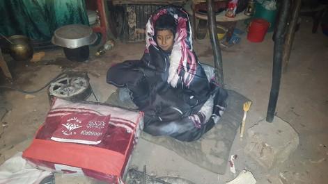 El Bayadh: Sous la neige, de jeunes bénévoles distribuent des couvertures aux nécessiteux.