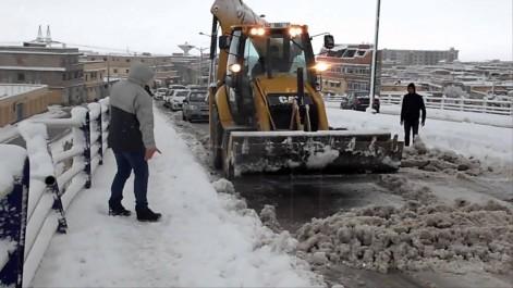 La neige a fortement dérangé la circulation sur de nombreux axes routiers du pays: Le mauvais temps jusqu'à jeudi