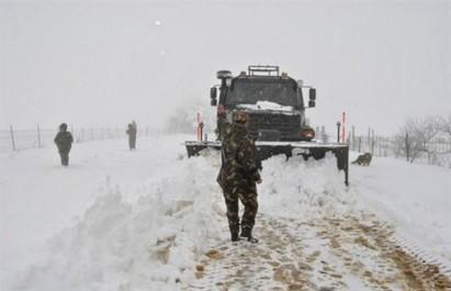 Intempéries: routes coupées et villages isolés par la neige