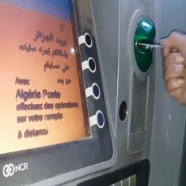 La Carte «Edahabia» d'Algérie Poste n'entre pas dans les distributeurs ! (Vidéo)