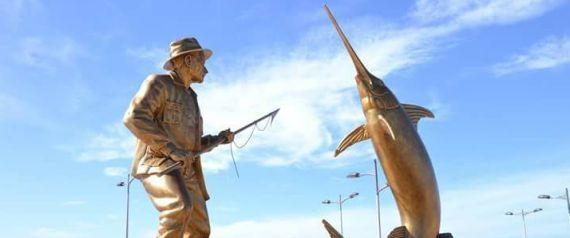 Une statue en hommage à Hemingway à Mostaganem.