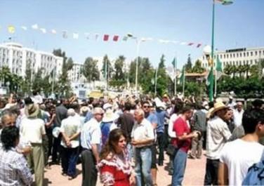 Les villageois d'Illoula Oumalou devant le siège  de la wilaya aujourd'hui: L'hôpital en suspens