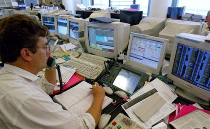 Les opérateurs de marché rassurés après le vote en France, l'euro grimpe