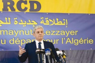 M. Belabbas refuse de discourir sous les portraits de Bouteflika