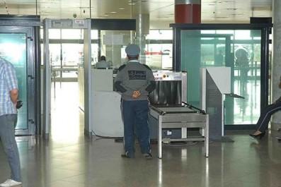 Le talkie-walkie du directeur des douanes de l'aéroport d'Alger retrouvé chez une jeune fille