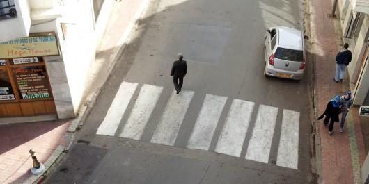 Il doit faire le slalom entre les voitures stationnées sur le trottoir et les  et celles qui roulent: L'espace «piéton» par excellence squatté