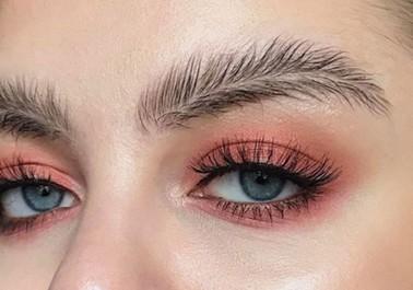 Les sourcils plume, la nouvelle tendance beauté repérée sur Instagram