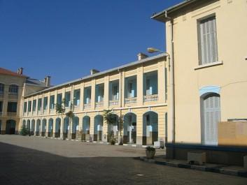 Distribution de logements, séjours à la mer et expositions de tableaux