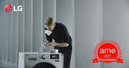 Construire un château de cartes sur une machine à laver en marche fait remporter à LG le Presitigious Industry Award (prix de l'industrie prestigieuse)