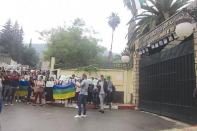 Sit-In Des étudiants et des enseignants en Tamazight devant l'Académie de Tizi Ouzou: Plaidoyer pour la généralisation de l'enseignement de la langue