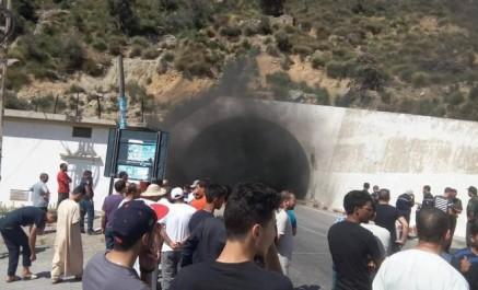 Béjaia: une fumée épaisse sort du tunnel de kherrata, circulation bloquée