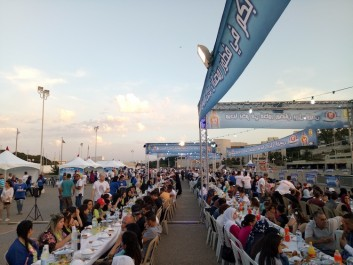 Plus de 1000 algériens réunis autour d'un iftar à l'esplanade de Riadh El Feth