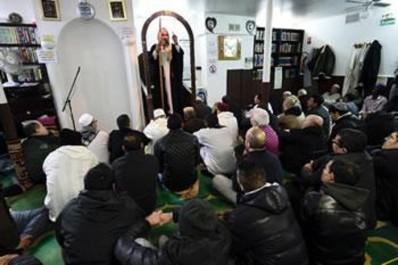 Les jeunes émigrés algériens de France deviennent de plus en plus musulmans pratiquants: Un retour vers l'islam très prononcé