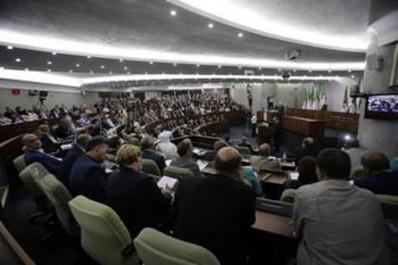 Les chefs de groupes de l'opposition loin des médias: Les partis de la majorité optimistes