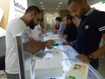 Lancement des ventes du téléphone OPPO F3 Plus dans les magasins: Les utilisateurs affluent vers les magasins OPPO pour procéder à l'achat du téléphone et profiter des cadeaux promotionnels.