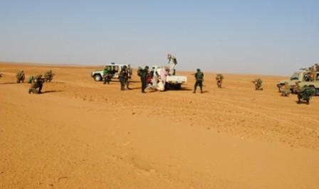 Trois contrebandiers arrêtés et deux camions saisis à Biskra et El Oued (MDN)
