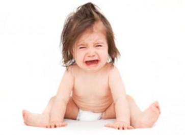 Si les enfants pleurent quand vous les prenez dans vos bras, c'est pour une très bonne raison