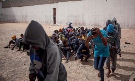 Libye : l'OIM dénonce les maltraitances des migrants par des passeurs pour obtenir des rançons
