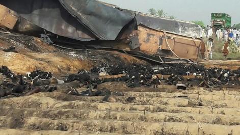 Drame au Pakistan: Un camion de carburant s'enflamme, au moins 139 morts (Vidéo)