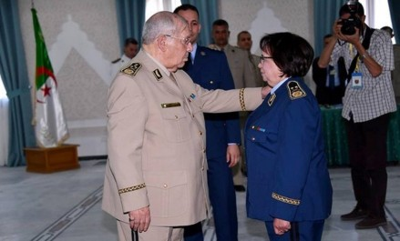 ANP: Gaïd Salah préside une cérémonie de remise de grades et de médailles à des officiers supérieurs