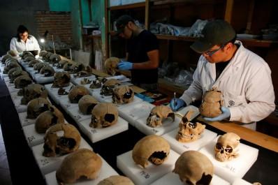 Mexique: Découverte d'une tour composée de crânes humains (Vidéo)