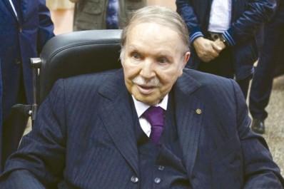 Bouteflika réitère sa disponibilité à œuvrer pour consolider davantage la coopération algéro-française