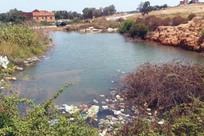 Alors que Des foyers ne sont alimentés en eau qu'une fois par semaine: Un château d'eau déverse son contenu dans la nature