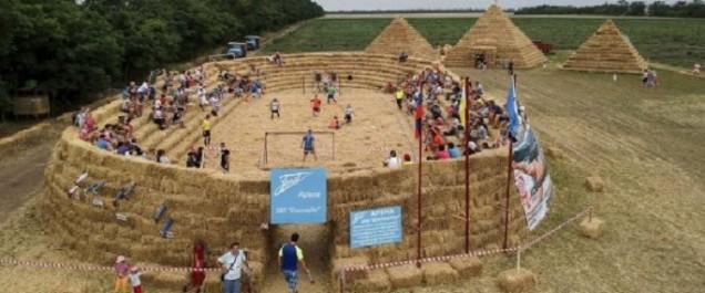 Pour dénoncer les coûts du Mondial 2018 en Russie, cet agriculteur a construit… un stade en paille