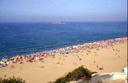 Une journée sur une plage algéroise: Quand le bikini côtoie le burkini