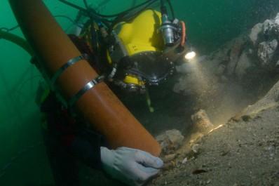 Sciences: Des plongeurs archéologues explorent une épave d'un bateau néerlandais du XVIIIe siècle
