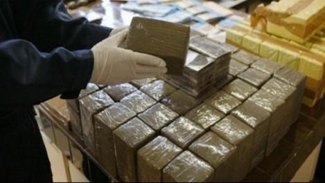 Saisie d'un pistolet automatique à Djanet et arrestation de trois narcotrafiquants