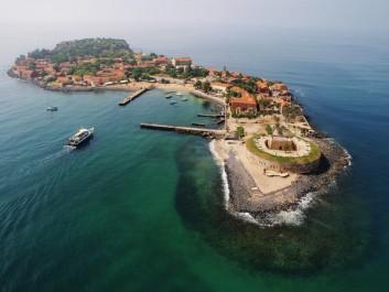 L'île est connue comme un symbole  de l'esclavage:  Au large de Gorée, l'archéologie sous-marine a le vent en poupe
