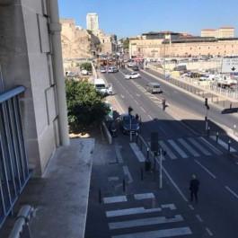 Une voiture percute deux abris-bus à Marseille et fait un mort