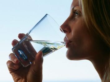 Pourquoi est-il conseillé de boire un verre d'eau une demi-heure avant de manger