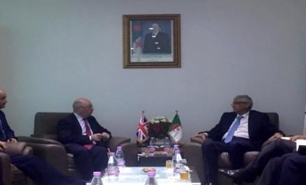 Le ministre du Commerce s'entretient avec le ministre britannique pour le Moyen-Orient et l'Afrique sur la coopération bilatérale