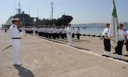 Le commandant des forces navales inspecte le bâtiment de débarquement et de soutien logistique «Kalaat Beni Hammad»
