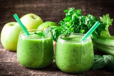 Eliminez vos toxines avec du citron, du céleri et de la pomme verte