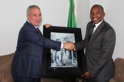 L'ambassadeur du Kénya en visite aux usines de Condor Electronics